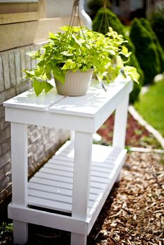Potting Bench Ideas - Want to know how to build a potting bench? Our potting bench plan will give you a functional, beautiful garden potting bench in no time! Outdoor Plant Table, Garden Table, Outdoor Plants, Outdoor Gardens, Outdoor Decor, Outdoor Plant Stands, Outdoor Projects, Garden Projects, Diy Bank