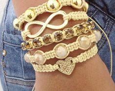 Kit pulseiras bege com coração infinito