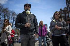 【スライドショー】ボストン・マラソンの爆発から一夜、犠牲者を悼む米国の表情 - WSJ.com