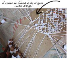 Renda-se as Rendas de bilros do Brasil, criada pela manipulação de numerosos fios, cada um deles presos a um bilro, sendo em geral trabalhada sobre uma almofada.Acredita-se que renda de bilros seja originária de Flandres (região belga) e a de agulha, da Itália.