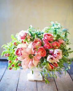 """皆さんは自分の結婚式で""""このお花は絶対に使用したい?""""というお花はありますか?たくさんのお花の種類がある中で、自分たちの理想にピッタリのブーケやテーブルフラワーを考えるのは迷いすぎてなかなか難しい部分もあるでしょう。。。でも、もしあのお花は装花に使用したいな♪というものがあれば、そのお花を軸にイメージを伝えたらいいのでフローリストさんにもより明確に伝わるのでとってもスムーズに打ち合わせができるんですよ?では、どんなお花が結婚式では人気なのか種類別に見てみましょう♪"""