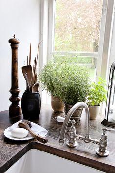 Keuken restylen met oude kraan, houten aanrechtblad en porseleinen wasbak van villeroy en boch...