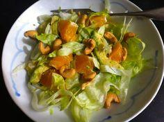 Dit recept beschrijft hoe je een frisse ijsbergsalade maakt met sinaasappel en avocado.