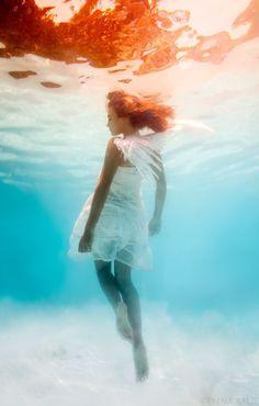エレーナカリスさんはロシア出身の女性水中写真家。「不思議な国のアリス」などをテーマにし、ポップで夢の中にいるような表現活動をバハマでされています。