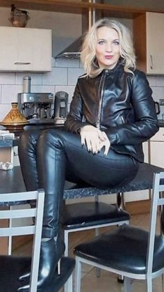 How To Style Faux Leather Leggings Legging Outfits, Leder Outfits, Hot Outfits, Lederhosen Outfit, Leather Pants Outfit, Black Leather Dresses, Sexy Stiefel, Shiny Leggings, Latex Dress
