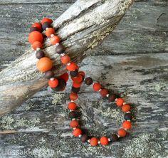Koruja käsinvärjätyistä puuhelmistä made of hand-dyed wooden beads https://www.facebook.com/JUSSAKKA-Oda-K-173696896121402/?ref=hl www.jussakka.fi