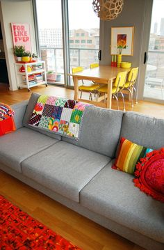 colorful room design home design Home Living Room, Living Room Decor, Living Spaces, Apartment Living, Retro Apartment, Colorful Apartment, Apartment Ideas, Living Area, Gray Sofa