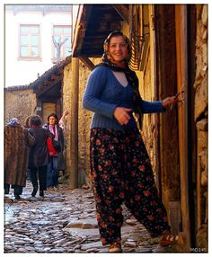 Türk Köylü Kızı Caucasian Race, Lawrence Alma Tadema, Muslim Brides, Indian Girls, World Cultures, Female Models, Harem Pants, People, How To Wear