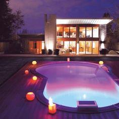 Un choix de couleur d'éclairage audacieux pour cette magnifique piscine toute violette. Une réalisation pour des priviligiés.