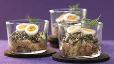 Ganz einfach, aber edel: Wildlachs-Tatar mit Linsen, Wachteleiern und Honig-Senf-Sauce | http://eatsmarter.de/rezepte/wildlachs-tatar