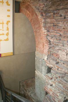 Le strutture superstiti di Porta Fibellona all'interno di Palazzo Madama. Fotografia di Enrico Lusso, 2010.