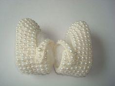 sapatilha feita a mao de croche,revestida com perolas. <br>material;linha 100% algodao. <br>cor;creme. <br>tamanho;sola 8 cm para bebe de 0 a 2 meses.