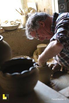 Voici le potier de Cliousclat en pleine action... mon cousin Pierre.
