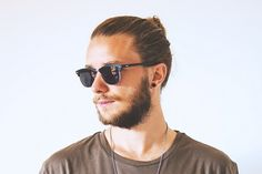 If you're a modern man then you'll certainly know the significance of getting a trendy hipster haircut. Types Of Fade Haircut, Taper Fade Haircut, Hipster Beard, Hipster Man, James Dean Haircut, The Quiff, Hipster Looks, Mohawk, Hipster Hairstyles