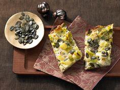 Kartoffel-Lauch-Kuchen mit Kürbiskernen: herzhafter Herbsttraum aus Hefeteig, üppig belegt mit einem Mix aus Gemüse und Quark.
