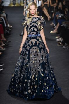 Photo galleries fashion week : Elie Saab Fall-Winter Haute Couture ( - The World's Fashion Business News Elie Saab Couture, Style Couture, Haute Couture Fashion, Beautiful Gowns, Beautiful Outfits, Look Fashion, Runway Fashion, Paris Fashion, Celebridades Fashion
