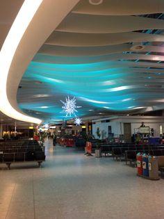 Iluminação do Terminal 4 de Heathrow, Londres. Leveza e bem-estar.