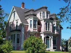 Lunenburg, Canada: Pink Victorian House