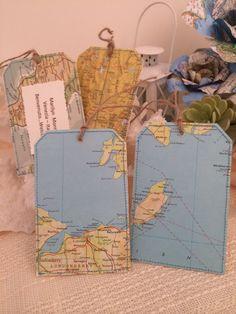 Esta etiqueta se hace fuera del mapa del mundo vintage y doble cara con una cartulina fuerte entre a hacer la etiqueta agradable y robusto. Para crear una divertida mirada de la vendimia, cada uno de ellos es cosido con hilo de color turquesa.  La etiqueta puede también usarse como tema invitado favores o lugar tarjetas de viaje o simplemente para una etiqueta de regalo para todos tus compañeros de viaje. Cada uno se hace un papel de mapa real, por lo tanto, cada uno de ellos es único.  Yute…