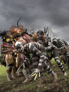 Snake men crossing the Huli men. Papua New Guinea , Highlands, Mount Hagen festival singsing Eric Lafforgue, Arte Tribal, Tribal Art, Tribal Images, We Are The World, People Around The World, Anthropologie, Papua Nova Guiné, Tribal People