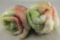 Main cardées batt art de fibre, BFL et soie, angora, batt pour filage et de feutrage, 3,7 oz par WoolShepherdess sur Etsy https://www.etsy.com/fr/listing/199426267/main-cardees-batt-art-de-fibre-bfl-et