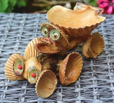 VINTAGE SEA SHELL FIGURINE FROGGY IN A SHELL CAR
