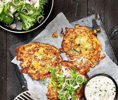 Det här vegetariska receptet av zucchiniplättar är både smakrikt och mättande. Zucchinin grovrivs och blandas med majs, lök, kryddor, ägg och mjöl. Hettan kommer från cayennepepparn och kan varieras efter smak. Serveras tillsammans med en klick gräddfil, gräslök och krispig sallad. Vegetarian Recepies, Vegetarian Cooking, Raw Food Recipes, Veggie Recipes, Cooking Recipes, Healthy Recipes, Slow Food, Food Inspiration, Food Porn