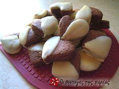 Μπισκότα από κακάο βουτηγμένα σε λευκή σοκολάτα