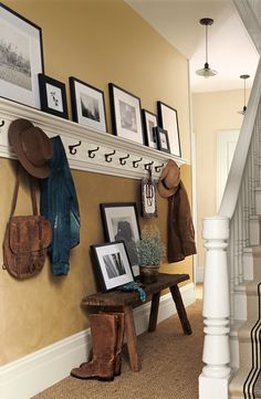 Love this entire entryway, especially the hooks and shelf combo. One day I want a house that has a proper foyer/entryway Interior Paint, Interior Design, Deco Champetre, Sweet Home, Diy Casa, Home Living, Home Organization, Organizing Ideas, My Dream Home
