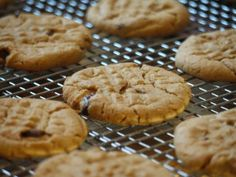 Try these gluten-free, vegan chocolate chip cookies. The recipe swaps dates and banana for white sugar, and almond meal and oats for traditional white flour. Creamy peanut butter holds the dough together without eggs. Real Food Recipes, Cookie Recipes, Dessert Recipes, Cupcake Recipes, Vegan Desserts, No Flour Cookies, No Bake Cookies, Applesauce Cookies, All Bran