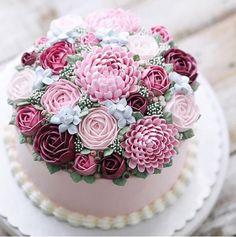 bolo em tons de rosa decorado com flores feitas com buttercream estilo flower cake by iven oven.