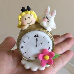 """76 curtidas, 7 comentários - Atelier Déia's Ideias (@deiasideias) no Instagram: """"Relógio com o coelho e Alice feito de pão de mel para uma festa tema Alice no país da maravilhas by…"""""""