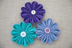 Como hacer manualidades y reciclar un poco: Como hacer Flores en tela tipo kanzashi