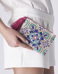Risultati immagini per sobres carteras BORDADOS Mexican Embroidery, Embroidery Bags, Embroidery Stitches, Embroidery Designs, Modern Embroidery, Diy Clutch, Clutch Bag, Diy Sac, Boho Bags