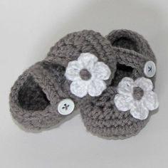 grauen Babyschuhe mit weißen Blümchen