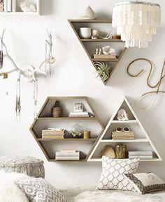 Decoración de muro en blancos y maderas. Astas de venado para colgar joyas, letra Y con cuentas de madera balncas y natural y repisas traingulares y hexagonales de madera, natural y pintadas en blanco.