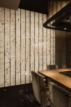 Image 8 of 18 from gallery of Ginza Steak Tajima / Doyle Collection. Photograph by Satoshi Umetsu/ Nacasa&Partners Interior Exterior, Interior Walls, Luxury Interior, Interior Architecture, Interior Photo, Interior Designing, Marble Wall, Wall Finishes, Wall Cladding