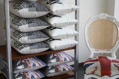 As almofadas da rvalentim tem o verso em tecido aveludado marrom com o brasão da marca.