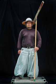 (圖片)建築工地上,身穿燈籠褲的男人們 | Nippon.com Human Photography, Fashion Photography, Japanese Uniform, Working People, Training Pants, Future Fashion, Costume Design, Work Wear, Mens Fashion