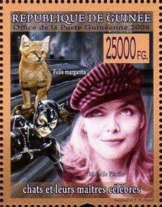 Почтовые марки Гвинеи «Кошки и их знаменитые хозяева» 2008 года портрет американской актрисы Мишель Пфайффер (Michele Pfeiffer) изображен на фоне ее героини Женщины-кошки из фантастической картины «Бэтмен возвращается» (Batman Returns), 1992, США.