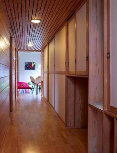 Soveromgangen har en skapvegg som rommer klær og sko. Åpningen er beregnet til skittentøykasse på hjul.