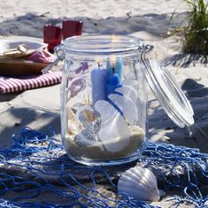 maritim-dekoration-schön-blaue kerzen im becher am sand