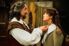 Les plus belles coiffures de Sophie Marceau : la demi-queue juvénile Dans La Fille de D'Artagnan, au côté de Philippe Noiret, 1994.