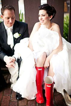 So pull up your boots... | 24 Couples Who Absolutely Nailed Their Rainy Day Wedding
