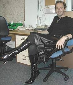 Resultado de imagen para men wearing leather skirt Men In Heels, High Heels, Guys In Skirts, Cool Outfits For Men, Men Wearing Skirts, Roller Set, Nylon Stockings, Cool Boots, Playing Dress Up