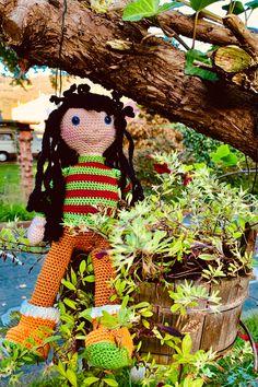 Häkelpuppe Lara mit Herbstkleidung. Anleitung gibt's auf Etsy! Little Doll, Little Girls, Crochet Hooks, Crochet Patterns, Teddy Bear, Dolls, Cute, Etsy, Animals