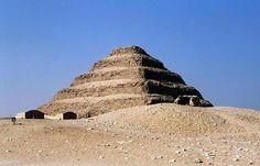 piramida schodkowa Dżesera zbudowana w Sakkarze około 2650 p.n.e. przez budowniczego Imhotepa.