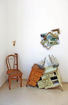 A gauche : Art syncrétique 1964, chaise découpée en remake 2011 et peinture à la matière fécale en remake 2008