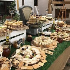 Así decoramos el puesto de quesos, panes y mermeladas caseras de la #bodaLOVE de E+JJ, que fue un gran éxito entre todos los invitados.  ¿Quieres uno así en tu boda?  +info: hola@lovebodasyeventos.com  LOVE #contamoshistoriasdeamor #love #amor #catering #queso #cheese #Cádiz #payoyo #quotes #wedding #weddingplanner #weddingday #boda #bodasbonitas #bodasunicas #decor #handmade #inlove #inspiration #fruta #fashion #fashionblogger #moda #chocolate