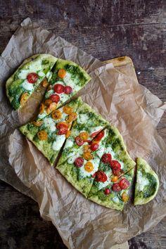 Pizza med spinatpesto, mozzarella og tomater er lettvint hverdagsmat. Besøk bloggen Mat på Bordt for denne og andre gode pizzaoppskrifter.